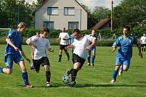 Utkání v Robousích ovládli domácí. Vpravo v bílém Tomáš  Tomášek, autor dvou gólů, vlevo Tomáš Vích.