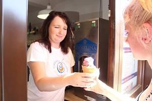 Na peckovském náměstí vyrábějí zmrzlinu ručně podle přání každého zákazníka.