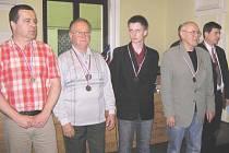 MEZI OCENĚNÝMI nechyběli novopačtí basketbalisté, vlevo Jiří Nádvorník, předposlední v řadě Míla Pour