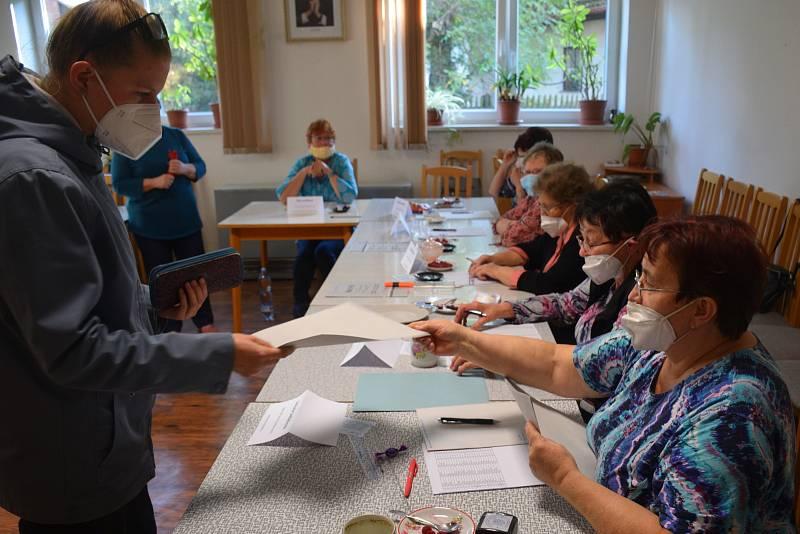 Volební okrsek v Radimi na Jičínsku hlásí po závěru prvního volebního dne překročení hranice 50 procent volební účasti. K volbám zde letos může přijít  celkem 325 oprávněných voličů.
