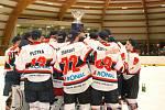 Takhle slavili hokejisté Jičína loni, když vyhráli soutěž na Královéhradecku. Teď získali titul na Liberecku.