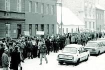 Davy lidí směřují v listopadu 1989 na tehdejší Gottwaldovo náměstí.