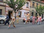 Průvod ReCirkusu v ulicích Jičína.