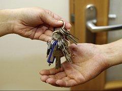 Ilustrační foto - předání klíčů od bytu.