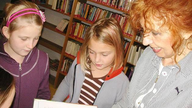 Jičínští školáci v knihovně, pobočce na Novém Městě.