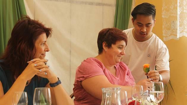 Praktické zkoušky žáků třetích ročníků Střední školy gastronomie a služeb v Nové Pace.