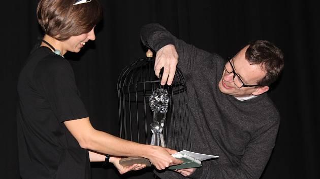 Petr Pýcha představil při besedě v lomnickém kině sošku Českého lva, kterou získal za scénář k filmu Všechno bude. Filmová akademie ocenila tuto zimní road movie jako nejlepší film roku.