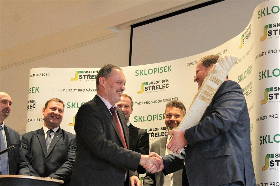 Sklopísek Střeleč už podruhé za deset let získal ocenění Zlatého Permona za bezpečnost a kvalitu práce. Na fotce ji od ČBÚ přebírá ředitel firmy Petr Hübner.