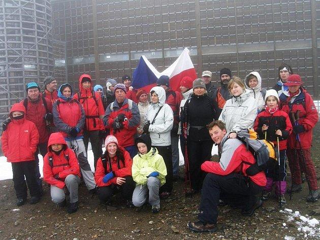 Jičínští účastníci tradičního výstupu na Sněžku na 28. října.