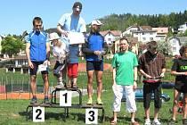 Na nejvyšším stupni vítěz 32. Staropackého horského krosu Karel Randák z nedaleké Jilemnice, vlevo druhý v cíli Radim Berka a vpravo třetí novopacký běžec Rudolf Cogan.
