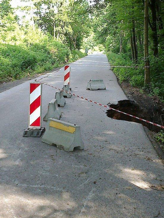 Poškozená silnice u Stavu.