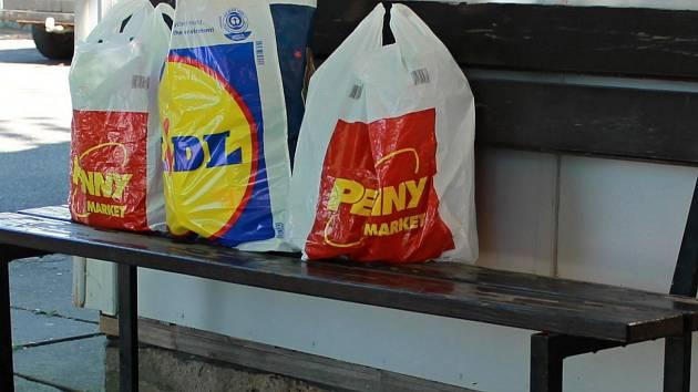 3c78c1c1cd Igelitové tašky už nemohou být zdarma. Povinně je zpoplatnily ...