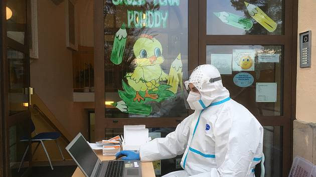 Na Daliborce v Hořicích testují děti zdravotníci, a to  stěrem z patra a tváří. Testy jsou daleko průkaznější a spolehlivější než stěry z nosu.