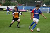 PETR MIKOLÁŠEK (vlevo) sleduje soupeře, který má míč na svých kopačkách.