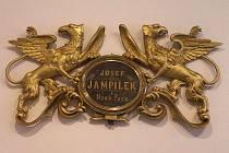 Ozdobný prvek ze skříně Josefa Jampílka