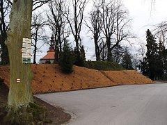 Ochranná síť z kokosových provazců nyní zabezpečuje svah pod mohylou se sochou Jana Žižky na Gothardě.