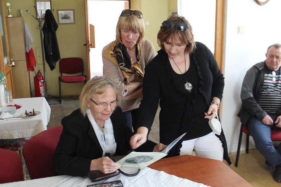 Draga Zlatníková si se zájmem prohlédla knihu o Paříkovi.