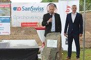 Jičínský závod SanSwiss staví moderní multifunkční halu za 152 milionů.