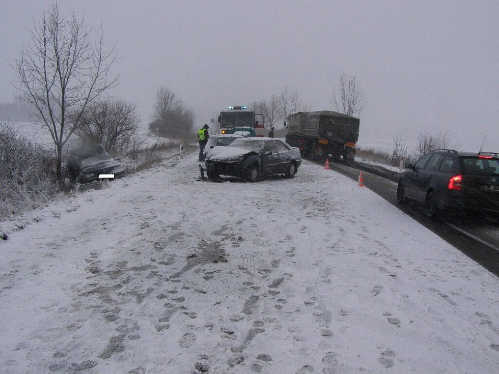 Z Kopidlna na Jičín jel ve středu 11. února 43letý řidič pick-upu. Náhle však přejel do protisměru, kde se od protijedoucího peugeotu odrazil a skončil v příkopě. Jeho 42letá spolujezdkyně utrpěla smrtelná zranění, kterým na místě v sanitce podlehla.