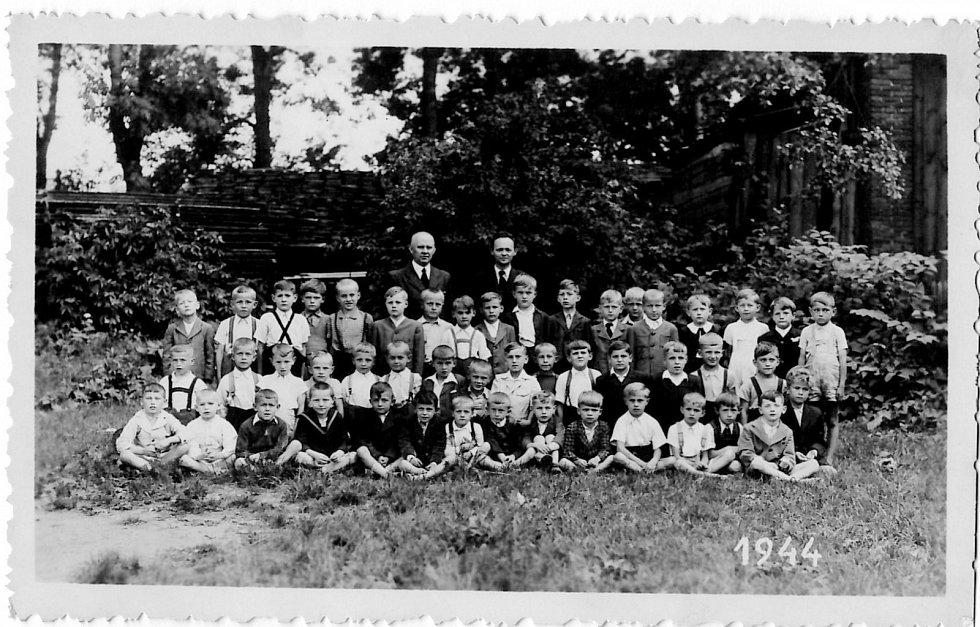 První třída v Jičíně roku 1944.