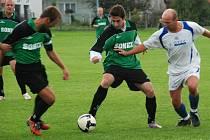 Libuňští fotbalisté sehráli zápasy na hřištích soupeřů. Snímek je z Chomutic, kde domácí obránce Roman Jezbera (v bílém) bojuje o míč s útočníky hostí Tomášem Veverkou a Zdeňkem Přikrylem.