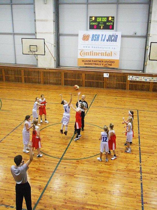 Utkání basketbalových minižákyň Jičína a Pardubic.
