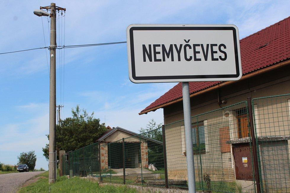 V obci Nemyčeves na Jičínsku se v pondělí navečer střílelo. Střelec při útěku obrátil zbraň proti zasahujícím policistům, kteří ho postřelili. Jinak nebyl nikdo zraněn, muž střílel na svém dvorku.