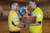 Také Aleš Babák předal Davidu Kořínkovi (vpravo) dárek. Dres klubu mu bude připomínat působení v Jičíně.