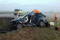 Nepřiměřená rychlost na kluzké podzimní silnici je zřejmě příčinou vážné nehody u Miletína.