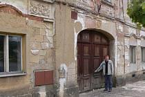 Tomáš Komárek, starosta Mlázovic, před domem, který bude opraven.