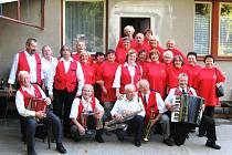 Kapela Srazilka z Drštěkryjí se svým početným fanklubem.