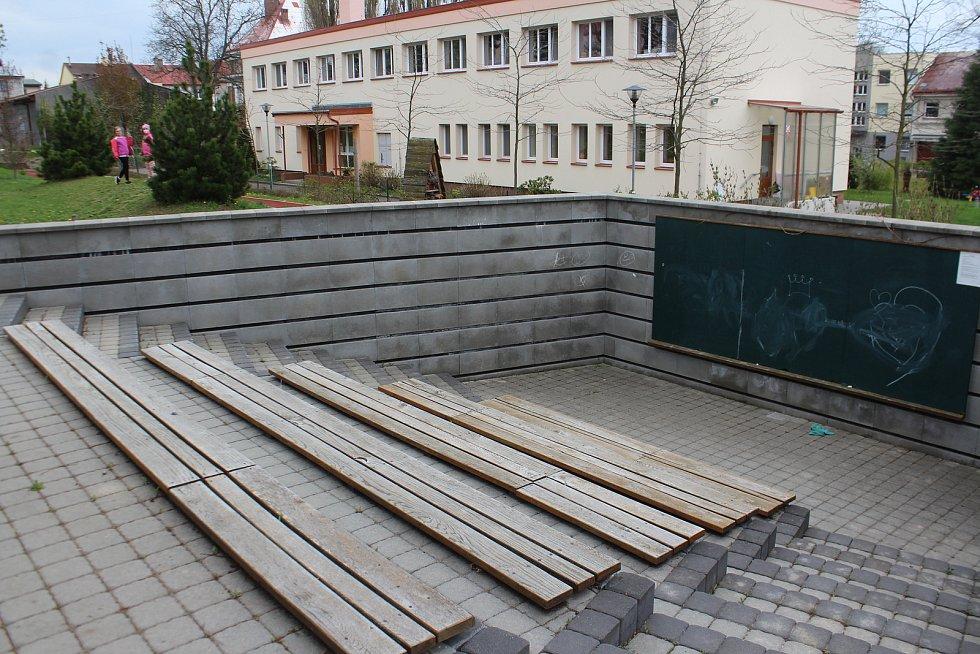 Součástí rozsáhlých renovací je také oprava školního dvora, nové parkování a bezbariérový přístup do školní zahrady.