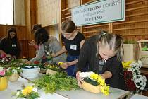 Návštěvníci výstavy mohli pozorovat talentované mladé zahradníky a zahradnice při tvorbě květinových aranží.