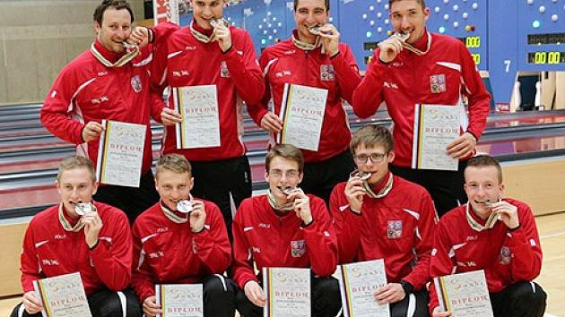 Stříbrné družstvo juniorů na MS U23 v kuželkách. Jan Bína z SKK Jičín v dolní řadě první zleva.