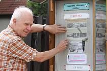 KAREL POKORNÝ připomíná veřejnosti okupaci Československa prostřednictvím vývěsní skříňky.