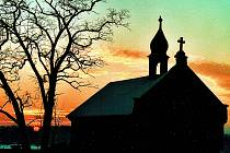 Ze Sukorad: západ slunce nad hřbitovem.