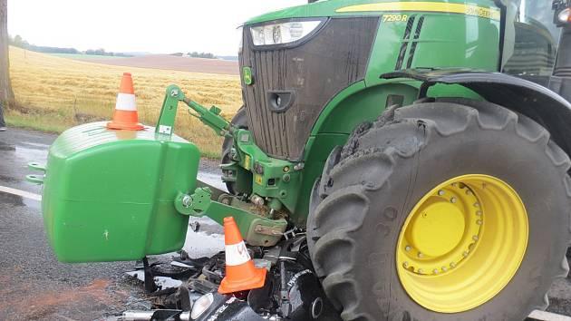 Nehoda traktoru a motocyklu u Rohoznice si vyžádala jedno lehké zranění.