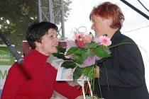 Starostka obce Martina Berdychová předává ocenění paní Špinkové z Chodovic.
