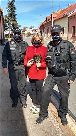 """Roušky strážníků zdobí nápis """"městská policie""""."""