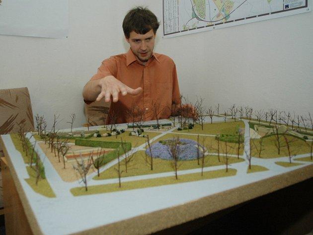 Městský architekt Radek Jiránek u plastického modelu jičínského Lidického náměstí.