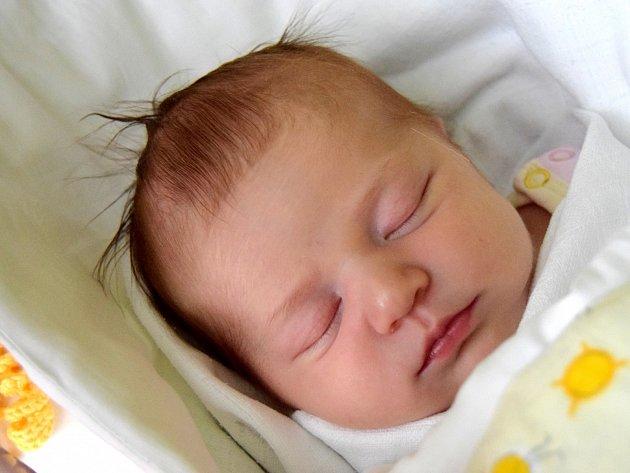 AMÁLIE LANGROVÁ přišla na svět 19. prosince s porodní mírou  52 cm a váhou 3,75 kg. Radost dělá rodičům Tereze Morávkové  a Marku Langrovi. Šťastná rodina žije v Jičíně.