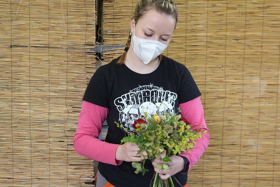 Dlouhou dobu nemohli studenti zahradnictví chodit na praxe, vázáním květin dohání přípravu na zkoušky.