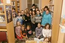 Děti s Andersenem v peckovské knihovně.