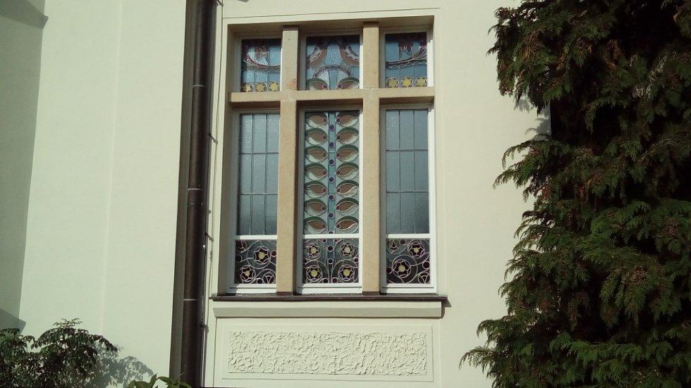 Okno secesní Flečkovy vily.