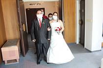 Citům se ubránit nedá, rouška nerouška. I když první rouškovaná svatba proběhla na soboteckém úřadě ukázkově, svatebčané se nakonec citům neubránili.