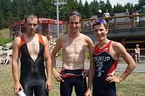 NEJÚSPĚŠNĚJŠÍ triatlonisté z kategorie do 30 let, zleva Tomáš Kořínek, Martin Berka a Petr Soukup.