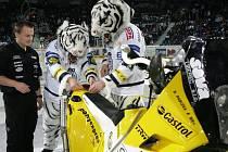 Bílí tygři lepí logo na motocykl Davida Pabišky v liberecké Tipsport aréně.