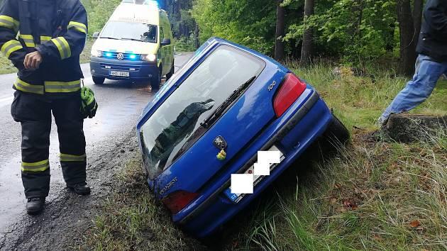 Dopravní nehoda mezi Hořicemi a Lukavcem si vyžádala zásah hasičů.