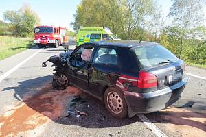 Střet tří automobilů u Dolního Lochova odnesl jeden z řidičů těžkým zraněním. Škoda je vysoká.