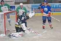 Moment z utkání jičínské hokejové nereligy mezi Holínem a Libání.